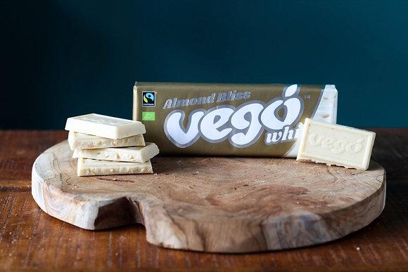 Vego - Witte chocolade met stukjes amandelen