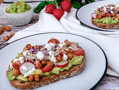 Avocado-toast met geroosterde kikkererwten
