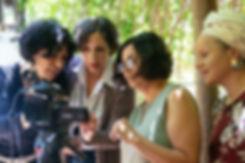 שלוש נשים מתבוננת במצלמה