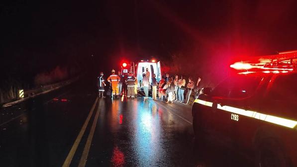 Ônibus tomba na BR-354 entre Patos de Minas e Lagoa Formosa e deixa várias pessoas feridas