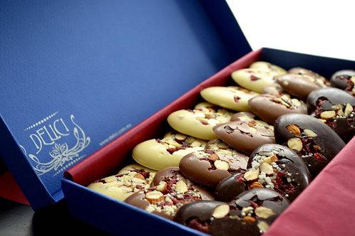 Corazones de Chocolate macizo con frutilla y nueces