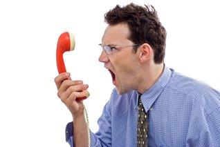 cliente arrabbiato al telefono