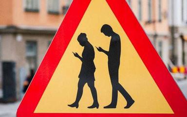 Cartello stradale attenzione smartphone
