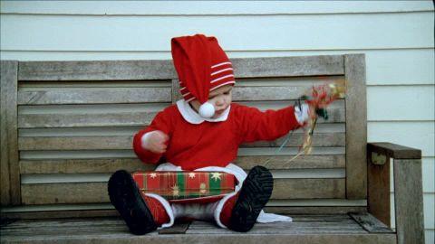 696961269-zipfelmuetze-auspacken-geschenk-verkleidung.jpg