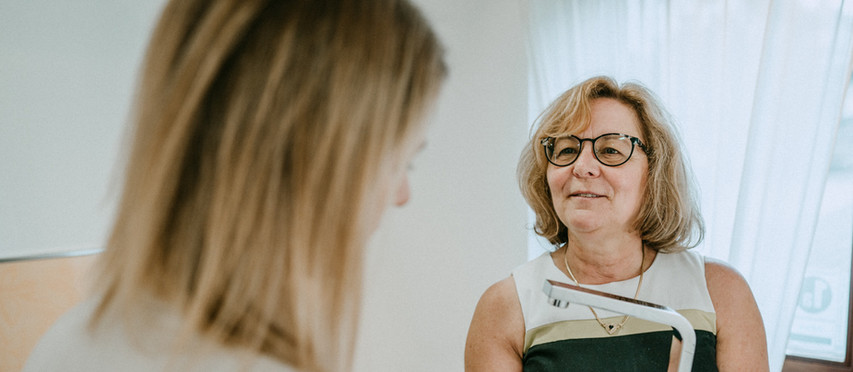 Frau Dersch bei einem Beratungsgespräch in der hauseigenen Badausstellung
