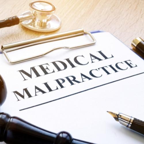 רופא בודק רשלנות רפואית מבחינה משפטית