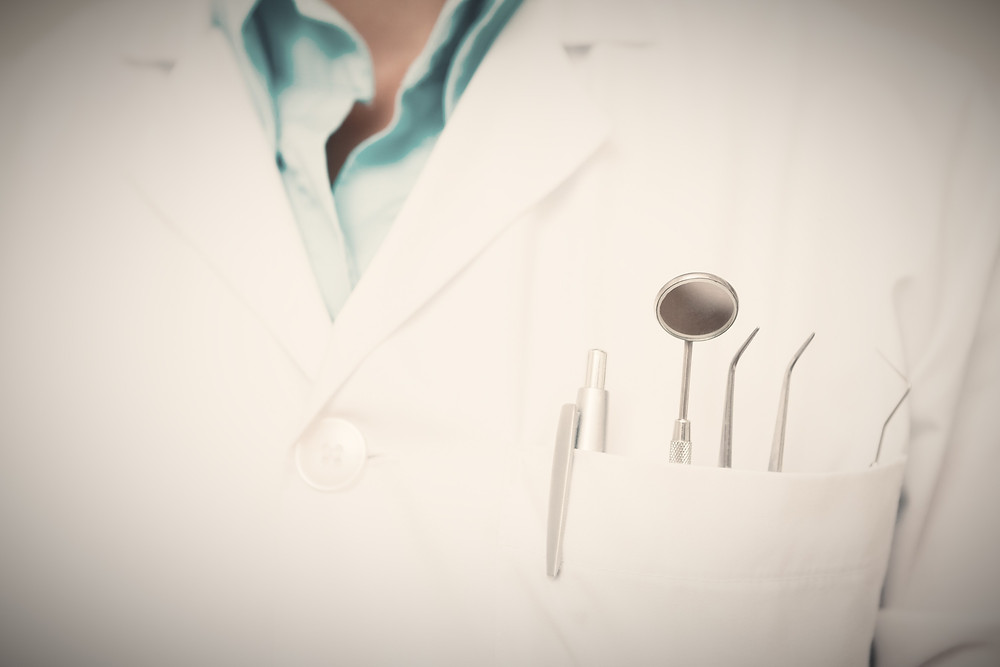 חלוק של רופא שיניים ומומחה לחוות דעת משפטית