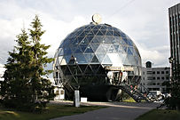 металлический каркас и стекло геодезический купол