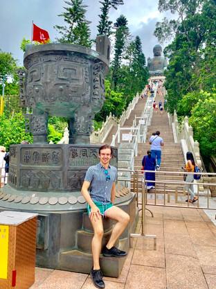 Cometan in front of the Tian Tan Buddha