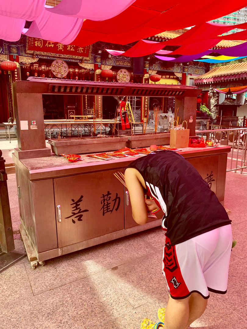 MK prayers in the Taoist Temple. Photo taken by Cometan