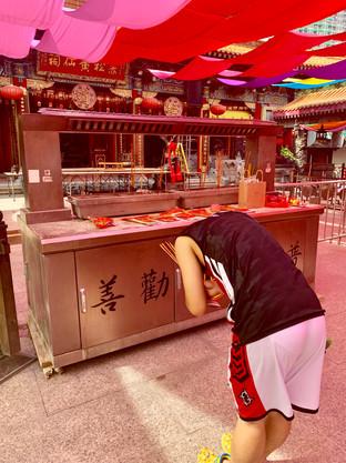 MK prayers in the Taoist Temple. Photo taken by Cometan
