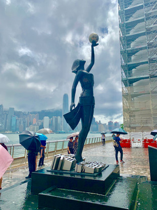 Statue at Victoria Harbour. Image taken by Cometan in August 2019