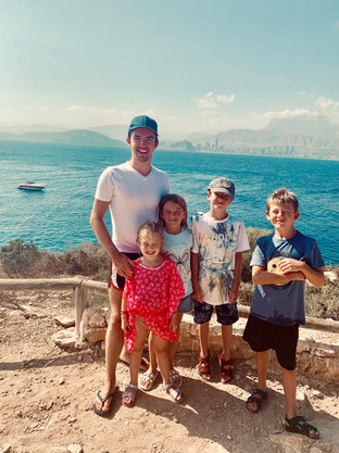 Cometan and his siblings and cousin Caitlyn on L'illa de Benidorm.