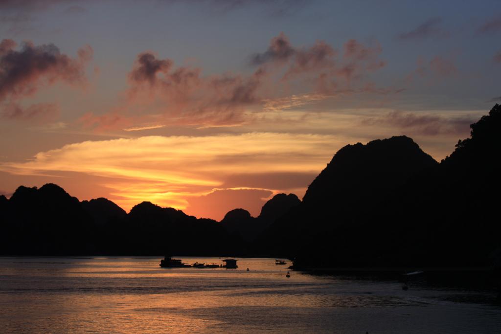 tramonto su halong bay