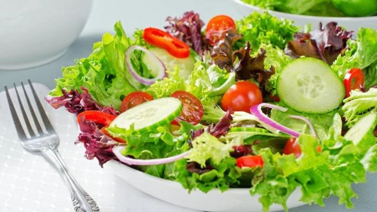 Fresh Mixed Field Green Salad with Toppings
