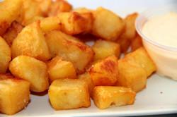 Patatas Bravas con su salsa