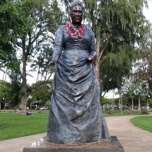 Statue of Queen Kapiolani, in the park