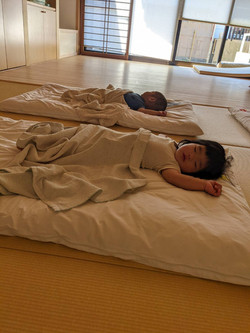 畳の上ですやすやお昼寝