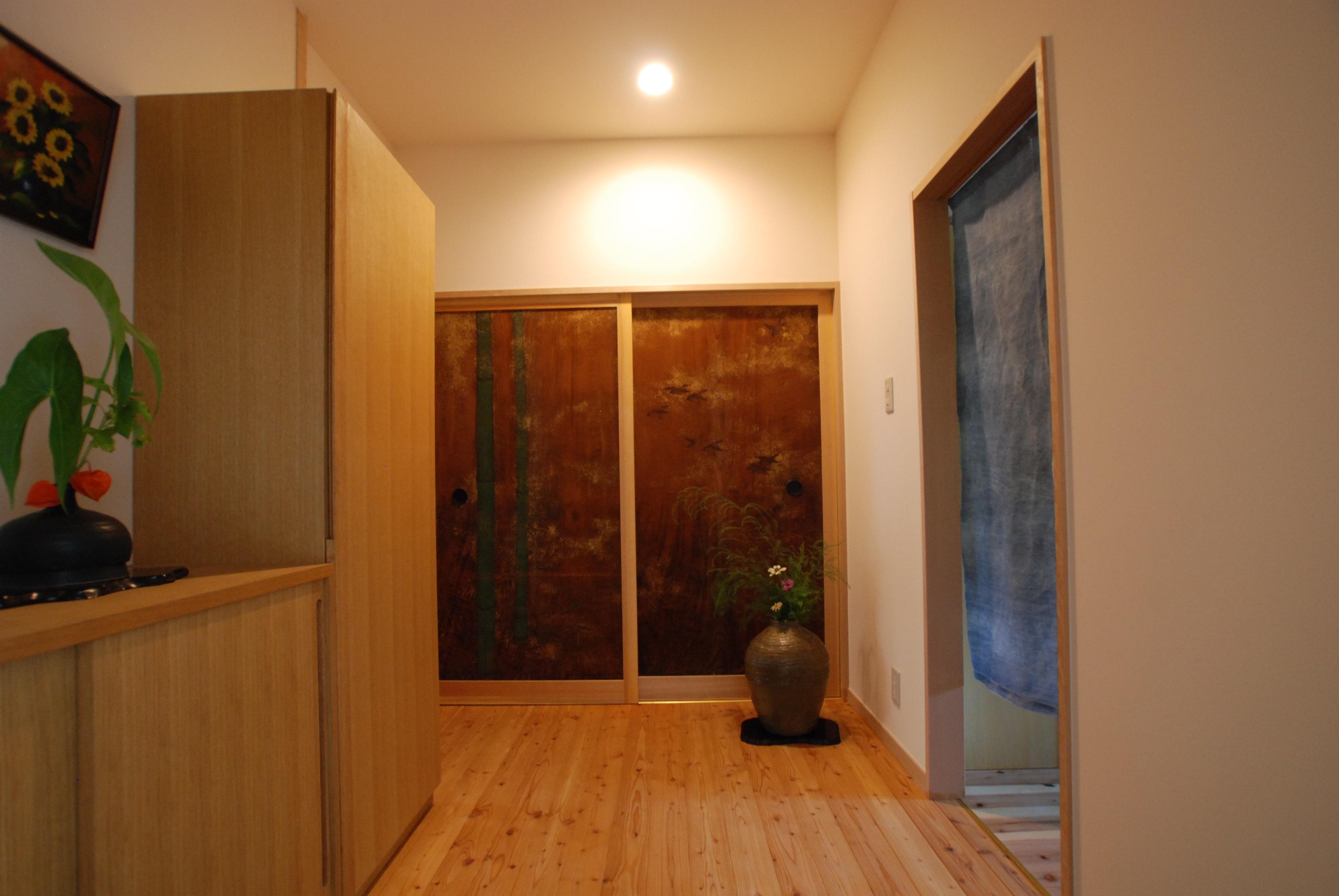 昔の建具を玄関の正面に