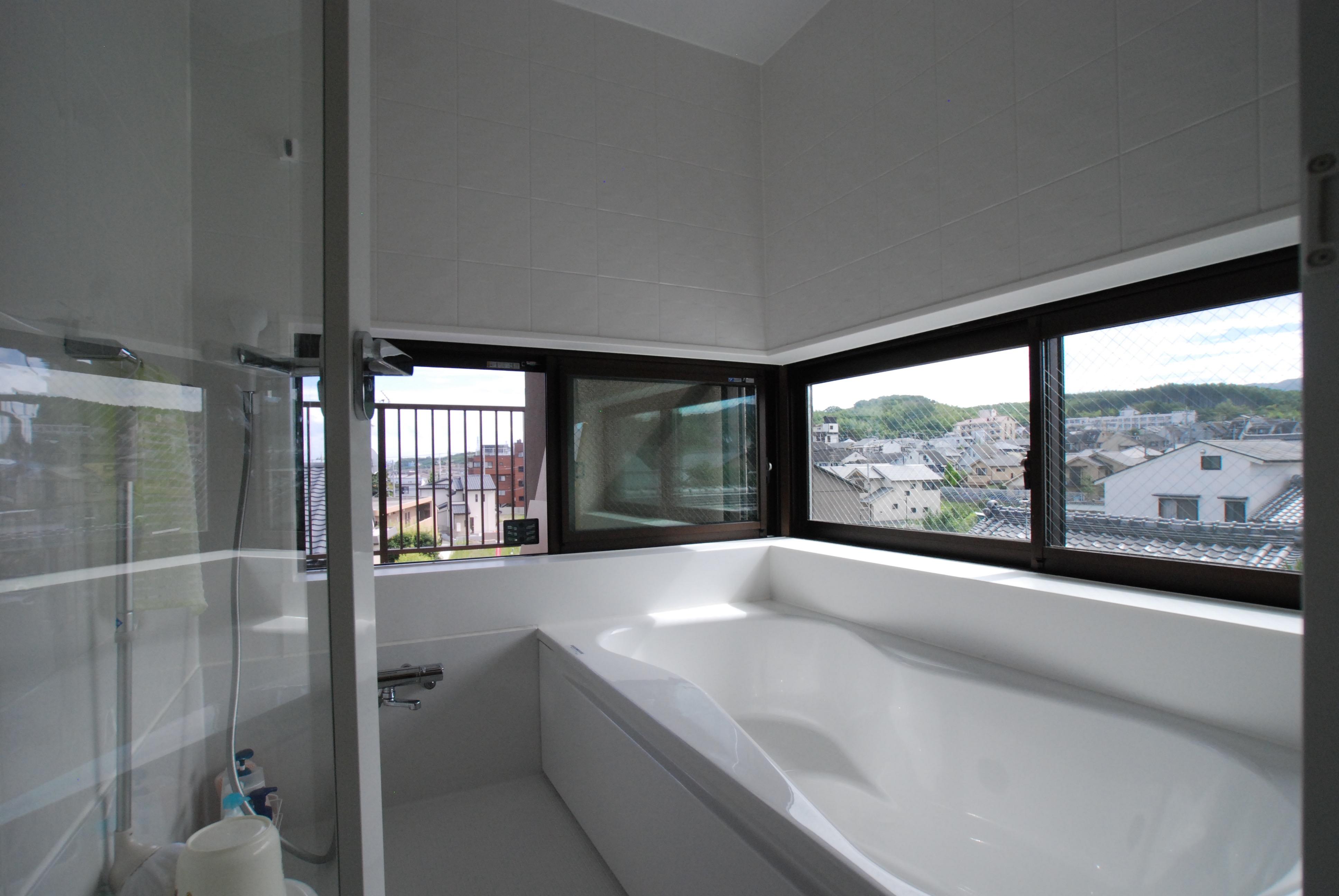 西山を望む最上階の浴室