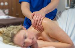 massage shoulders