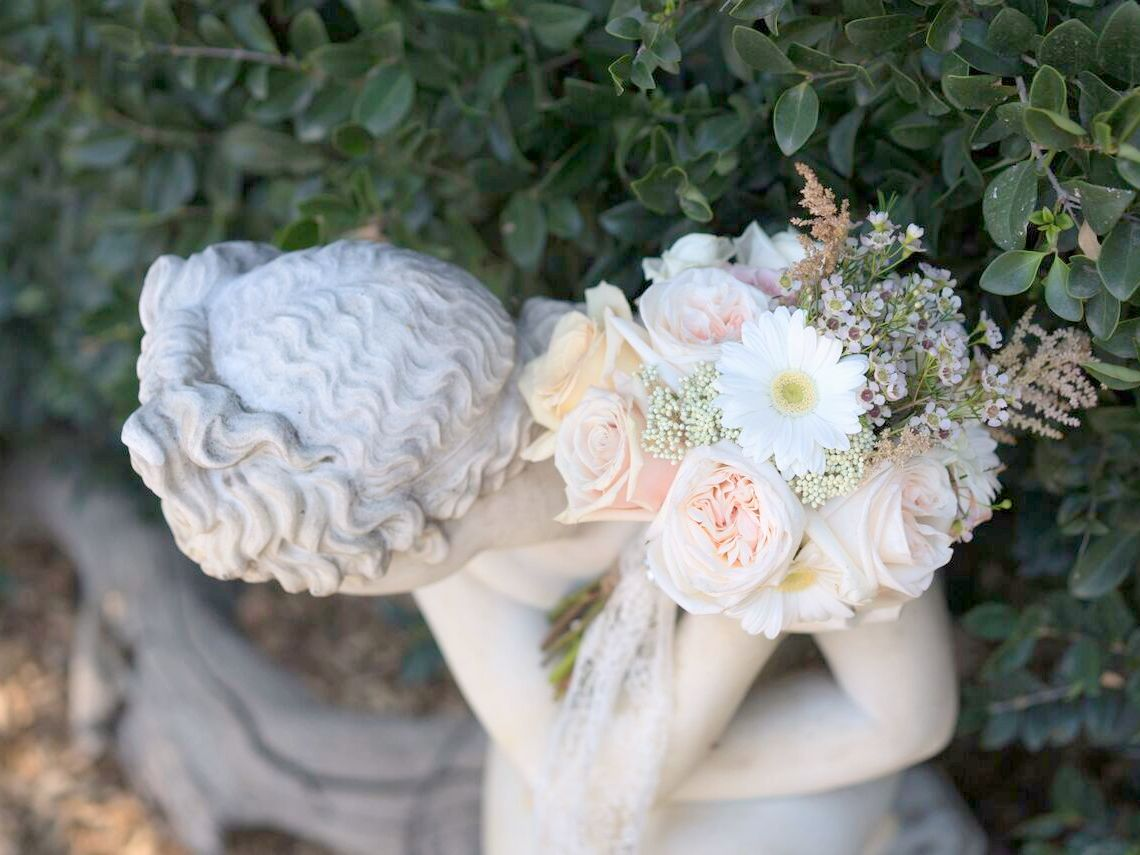 polus bouquet on statue