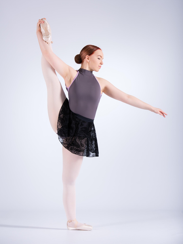 Aikuisbalettia harrastavan tavoitteena ei ole maineikas ballerinan ura eikä harjoituksissa viihdytä vaaleanpunaisen hempeissä tyllihamosissa. Näin vakuuttaa Oulussa Citydancessa balettia opettava lääketieteen opiskelija Susanna Toivanen.
