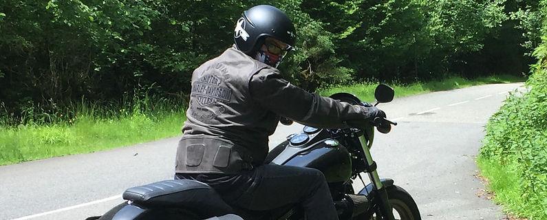 Motard sur une Harley portant un tour de cou design