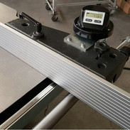 Parallel fence with micro adjustment, alu profile can be lowered to the table for narrow cuts with tilted saw blade.