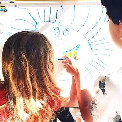 hermanos dibujando juntos