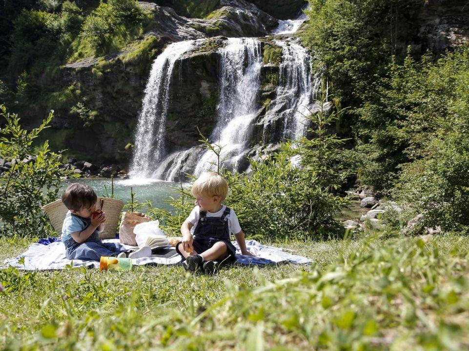 Familienpicknick am Piumogna-Wasserfall in Faido