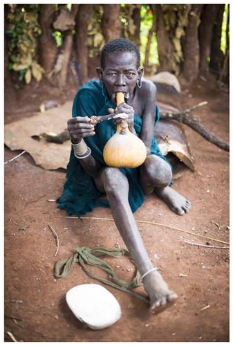 Domorodá žena kmene Surma stradiční tykvovitou dýmkou