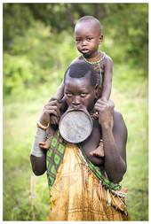 Žena kmene Surma s terakotovým talířkem ve rtu