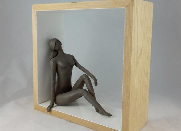 Sculpture, femme assise avec cadre
