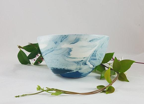Petit saladier en porcelaine, variations de bleu, touche intense