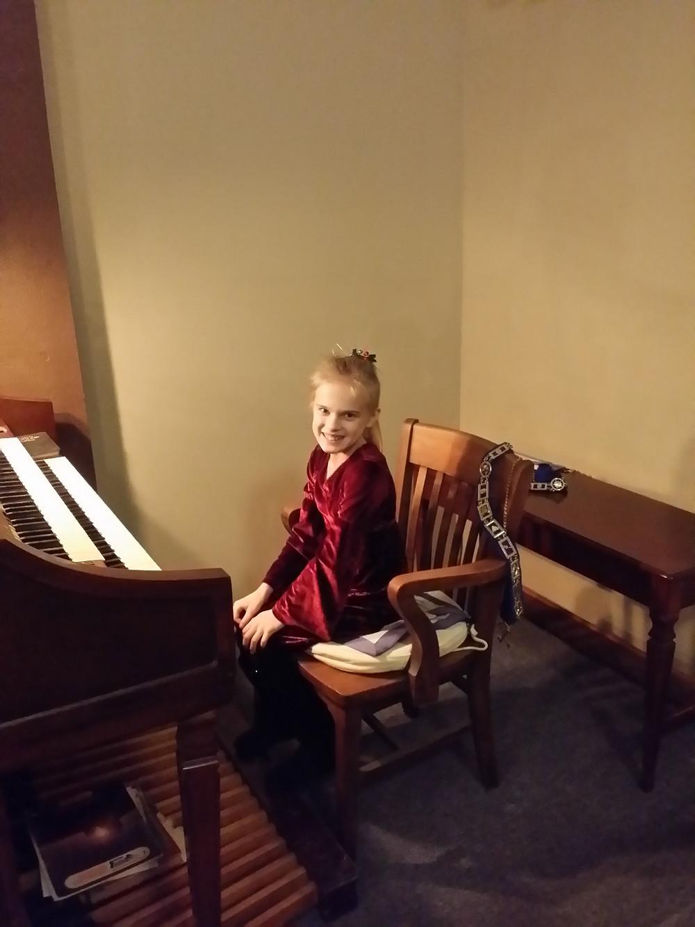 An elf organist???