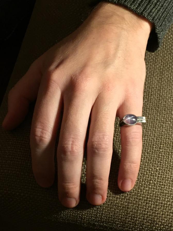 La bague de mon frère. My brother's ring.