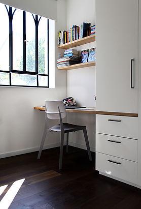 שולחן כתיבה ילד.jpg