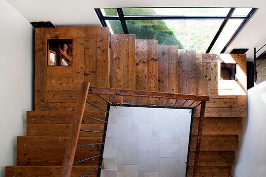 גרם מדרגות מלמעלה.jpg