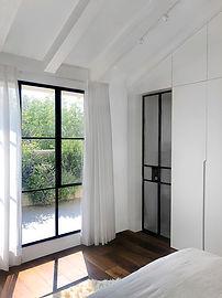 חדר שינה חלון.jpg