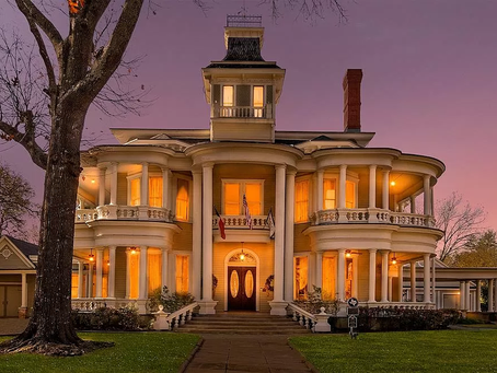 1883 Texas Cartwright Mansion With 9 Fireplaces & Restored Interior Lists At $890K!