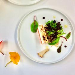 Féta chaude, assaisonnée au poivre rose et épine vinette, sur pastèque. Bouquet de mesclun printanier et chanterelles