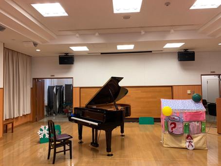 公民館ピアノを用意いただきました。ピアノで音あそび