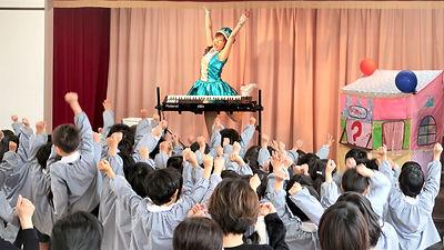 ピアノ生演奏の歌のおねえさん