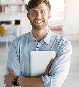 Jeune homme avec tablette