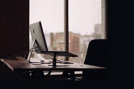 Büro-Schreibtisch-Fenster