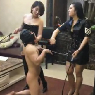 Double Domination dog training by sexy Chinese Mistresses Fengqing女王和朋友一起训练和羞辱狗奴