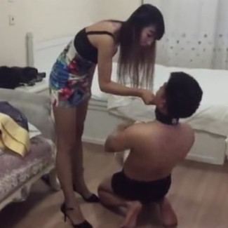 Beautiful Chinese queen spitting food into slave's mouth 低贱的畜生崇拜模特女S,渴望地吃女神吐出来的食物