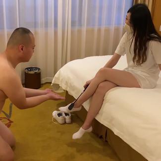 CFNM Session: Gorgeous Chinese Princess & Fat Loser 漂亮的上海硕士学历女S调教低贱卑微的崇拜者 (此视频是女S的男友在现场实拍的)