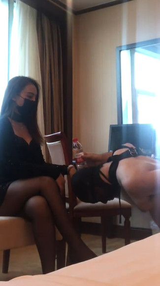 Pathetic sub paying homage to good looking Shenzhen Domme 贱畜生被捆绑,鞭打,羞辱,兴奋地闻Fengyue女神的屁股
